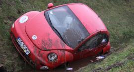 Volkswagen wjechał do rowu pod Nieborowem